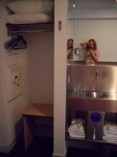 Pod Double Room, Sink and Closet